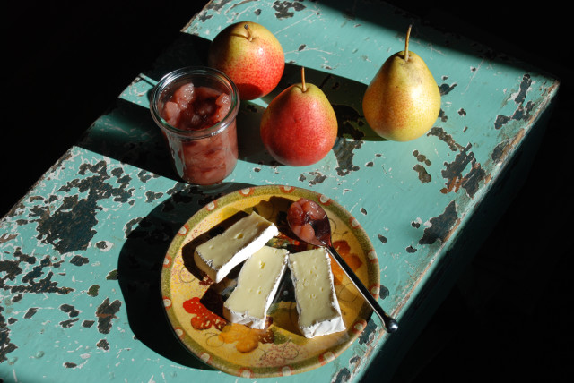 pear-ginger-chutney-with-pears-and-cheese-tiny-farmhouse
