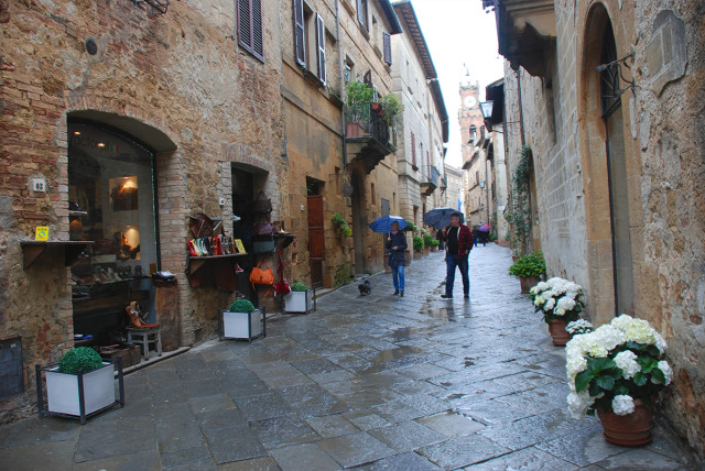 a rainy spring afternoon on Pienza's Corso Il Rossellino