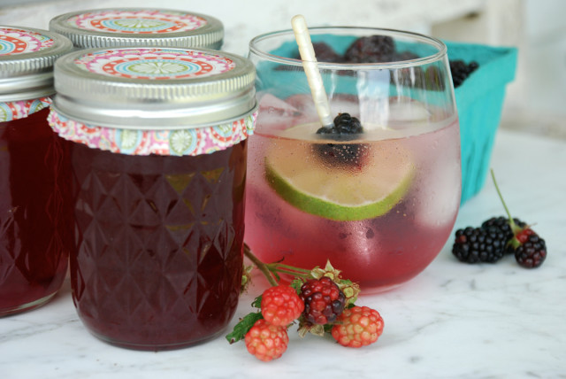 blackberry-simple-syrup 1 | tinyfarmhouse